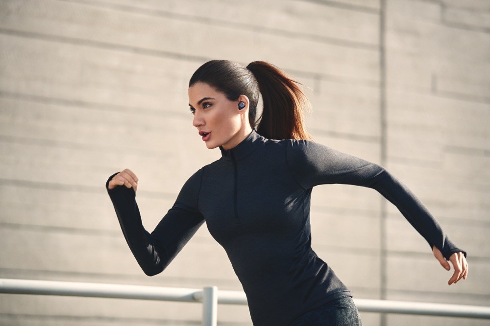 JabraEliteActive75t_Navy_LeadFemale_Run KV